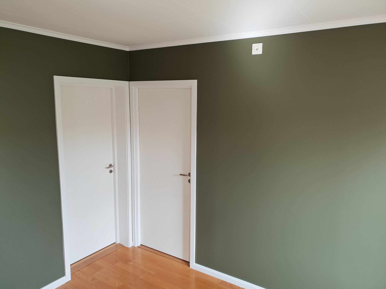 Nymålade väggar samt dörrfoder.